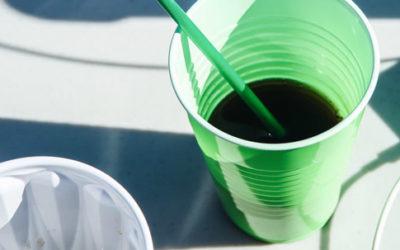 Des gobelets en plastique transformés en mobilier de bureau