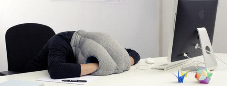 La sieste au bureau, oui, mais pas sans mon oreiller autruche !